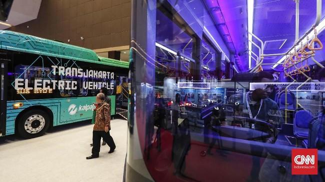 Busworld Southeast Asia 2019 menyajikan sederet bus konvensioal dan bus listrik ramah lingkungan sebagai moda transportasi masa depan. (CNNIndonesia/Safir Makki)