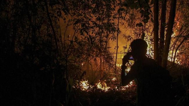 BMKG menganalisis ada 187 titik panas (hotspot) sebagai penanda terjadinya kebakaran hutan dan lahan (karhutla) di Sumatra, Rabu (20/3). Titik terbanyak ada di Riau yakni 165 titik. (ANTARA FOTO/Rony Muharrman)