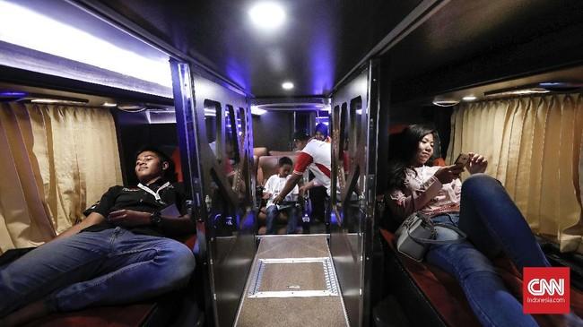 Pengunjung mencoba fasilitas yang ada di dalam bus saat pameran Busworld Southeast Asia di Kemayoran, Jakarta, Rabu, 20 Maret 2019. (CNNIndonesia/Safir Makki)