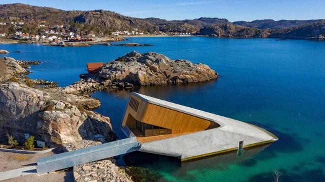 Restoran bawah laut pertama Eropa dibuka di Norwegia pada Rabu (20/3). (NTB Scanpix/Tor Erik Schroder via REUTERS)