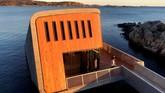 Terletak di ujung selatan Norwegia, restoran ini terlihat seperti tabung beton besar yang sebagiannya terendam di dalam laut. (REUTERS/Lefteris Karagiannopoulos)