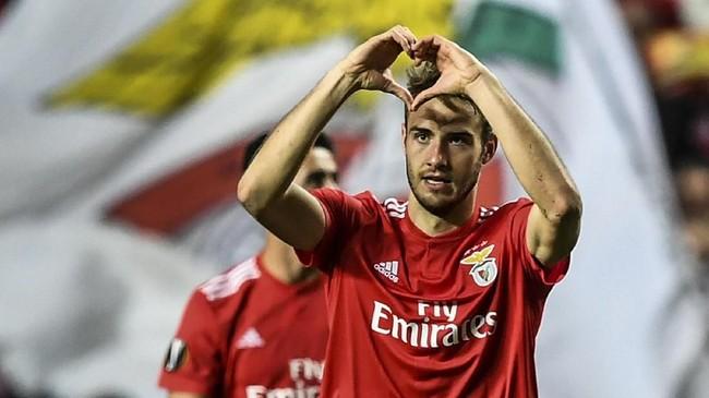 Liverpool diklaim Football 365 akan kembali memecahkan rekor bek termahal setelah bersedia mambayar £85 juta untuk mendapatkan bek Benfica Francisco Ferro.(PATRICIA DE MELO MOREIRA / AFP)