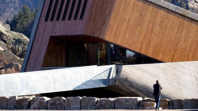 Restoran ini dirancang oleh perusahaan arsitektur Norwegia, Snoehetta, yang juga menciptakan Gedung Opera di Oslo. (REUTERS/Lefteris Karagiannopoulos)