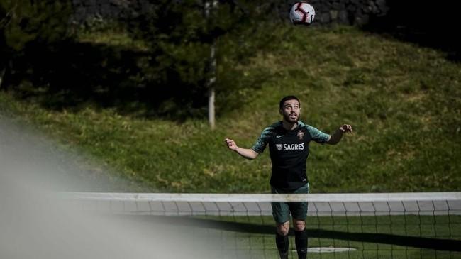 Gelandang timnas Portugal Bernardo Silva bersiap melakukan sundulan saat latihan. Usai melawan Ukraina, timnas Portugal akan menjamu Serbia di Stadion Da Luz, Senin (25/3). (PATRICIA DE MELO MOREIRA / AFP)