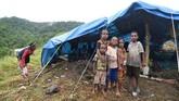 Warga mendirikan tenda darurat di Bukit Harapan karena rumah mereka terseret banjir. Mereka mengungsi ke tempat tinggi karena khawatir ada banjir susulan. (ANTARA FOTO/Zabur Karuru/aww)