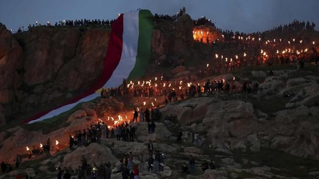 Tak hanya itu, ada pula tarian, permainan, keluarga yang berkumpul, dan pembacaan puisi untuk merayakan Newroz. (REUTERS/Ahmed Jadallah)