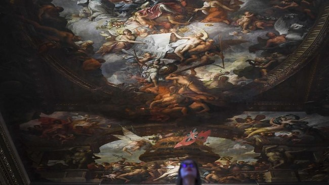 Tercatat ruangan ini memajang sekitar 3716 meter persegi lukisan. (REUTERS/Dylan Martinez)