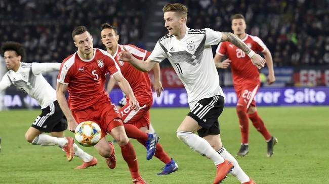 Keunggulan Serbia 1-0 bertahan hingga jeda laga. Pelatih timnas Jerman mengubah komposisi pemain dengan memasukkan Marco Reus di babak kedua.(REUTERS/Fabian Bimmer)