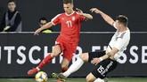 Niklas Suledipercaya menggantikan posisi bek sentral yang biasa diemban pemain bertahan sarat pengalamanMats Hummels.(REUTERS/Fabian Bimmer)