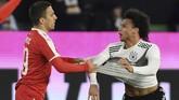 Winger timnas Jerman Leroy Sane kerap menjadi sasaranpelanggaran keras para pemain Serbia. Pemain Manchester City itu sempat terkapar di lapangan.(REUTERS/Fabian Bimmer)