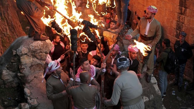 Mereka termasuk segelintir yang merayakan Newroz, tahun baru yang jatuh bersamaan dengan vernal equinox dan hari pertama musim semi. (REUTERS/Ahmed Jadallah)