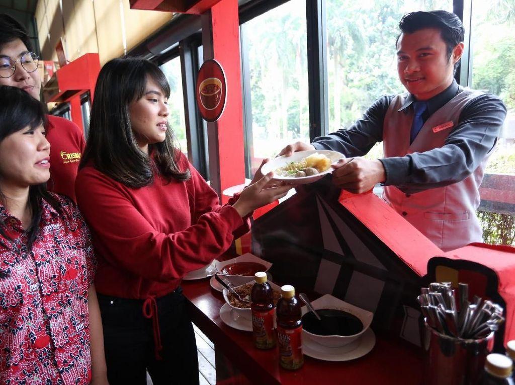 Brand Manager Teh Pucuk Harum Yustina Amelia, Owner Ayam Geprek Crisbar Filbert dan Food Vlogger Mgdalenaf secara simbolis saat mengunjungi stand makanan pucuk coolinary di Jakarta, Kamis (21/3/2019).