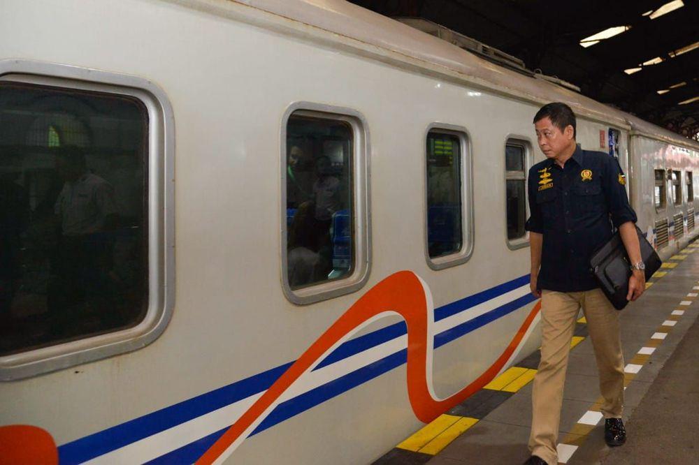 Menteri ESDM Ignasius Jonan naik KA Tegal Bahari dari Cirebon ke Jakarta, Kamis (21/3). (Ist/Kementerian ESDM)