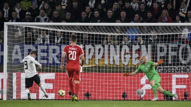 Tertinggal 0-1 membuat Jerman semakin meningkatkan daya dobrak ke pertahanan Serbia termasuk peluang Timo Werner yang nyaris berbuah gol.(REUTERS/Fabian Bimmer)