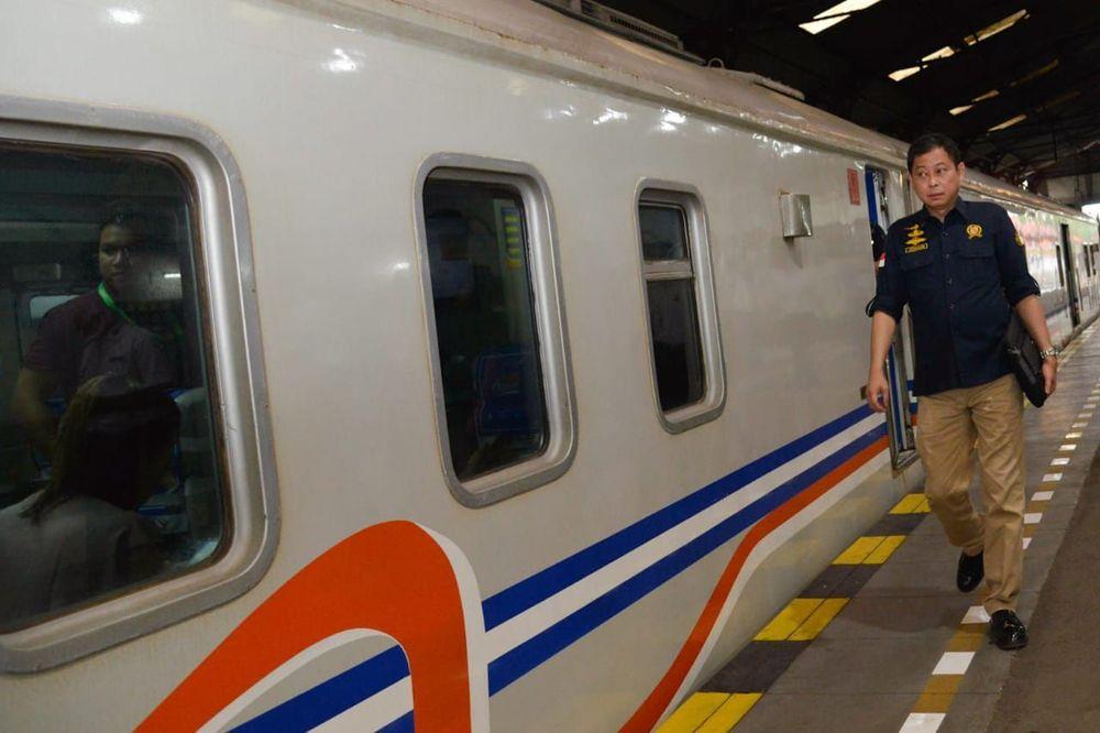 Selama di PT Kereta Api Indonesia, ia sukses membalikkan kerugian Rp 83,5 miliar pada 2008 menjadi keuntungan Rp 154,8 miliar pada 2009.