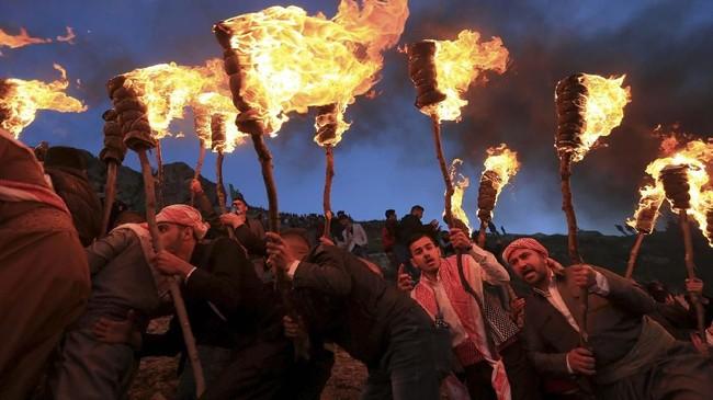 Tak hanya tahun baru, bagi bangsa Kurdi Newroz berarti hal lain. Itu juga lambang dari revolusi serta perjuangan. Mereka pun merayakannya dengan festival tiap tahun. (REUTERS/Ari Jalal)