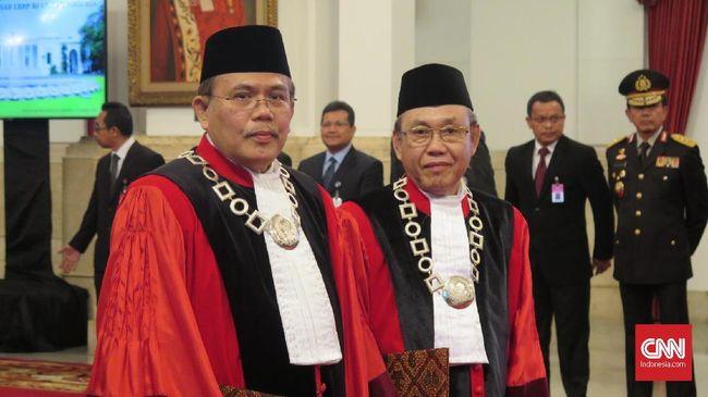 Hakim MK Aswanto dan Wahiduddin Baca Sumpah di Hadapan Jokowi
