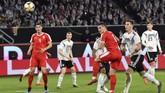 Tim muda Jerman lebih dulu kebobolanlewat sundulan Luka Jovic memanfaatkan kemelut di depan gawang hasil dari umpan sepak pojok. (AP Photo/Martin Meissner)