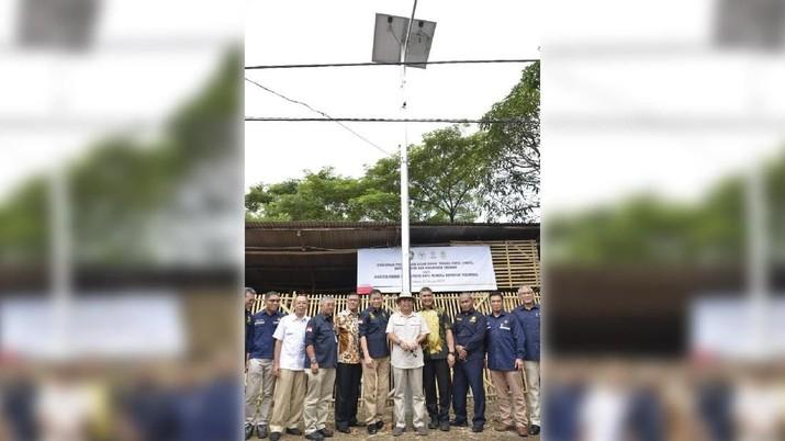 Kementerian Energi dan Sumber Daya Mineral (ESDM) menyerahkan 575 unit penerangan jalan umum tenaga surya untuk Kabupaten dan Kota Cirebon.