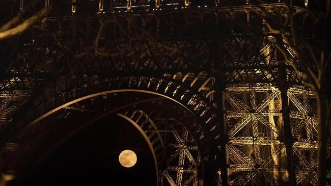 Selain supermoon, di hari yang sama juga terjadi fenomena equinox yaknisaat matahari berada di atas garis khatulistiwa sehinggaseluruh tempat di Bumimemiliki jumlah jam siang 12 jamdan malam 12 jam.(Photo by KENZO TRIBOUILLARD / AFP)