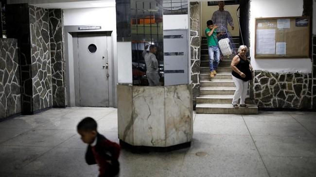 Kondisi ini tak hanya dirasakan di pelosok-pelosok desa, tapi juga di kompleks-kompleks elite. (Reuters/Carlos Garcia Rawlins)