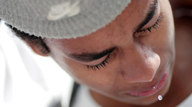 Seorang pelajar menangis ketika memberikan penghormatan pada korban insiden penembakan di sekolah Raul Brasil. (REUTERS/Ueslei Marcelino)