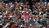 Pada pukul 13.30 waktu setempat, kumandang azan disiarkan ke seluruh Selandia Baru. Setelah itu, mereka mengheningkan cipta secara nasional selama dua menit, kemudian dilanjutkan salat Jumat. (REUTERS/Jorge Silva)