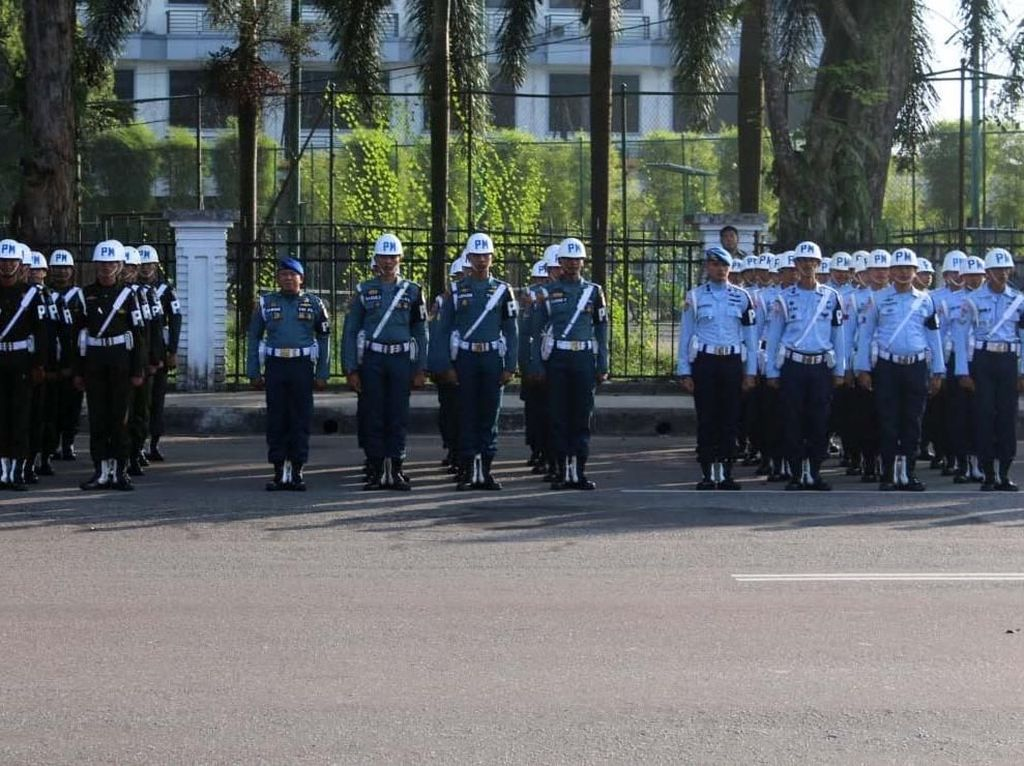 Hal ini bertujuan untuk melihat sejauh mana kesiapan personel maupun materiil yang akan dikerahkan dalam mengamankan Pileg dan Pilpres tahun 2019 khususnya di wilayah Kalimantan Barat agar berjalan lancar dan sukses. Pool/Puspen TNI.