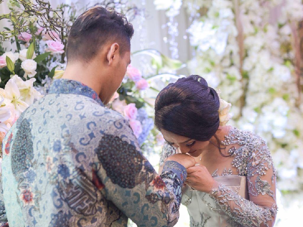 Siti Badriah menerima lamaran Krisjiana dan bersiap menuju pernikahan. (dok. Vamos never ending story)