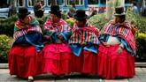 Perempuan yang mendukung komunitas Qhara Qhara, kelompok etnis Quecha, beristirahat di sela-sela menggelar demonstrasi di La Paz, Bolivia. (REUTERS/David Mercado)