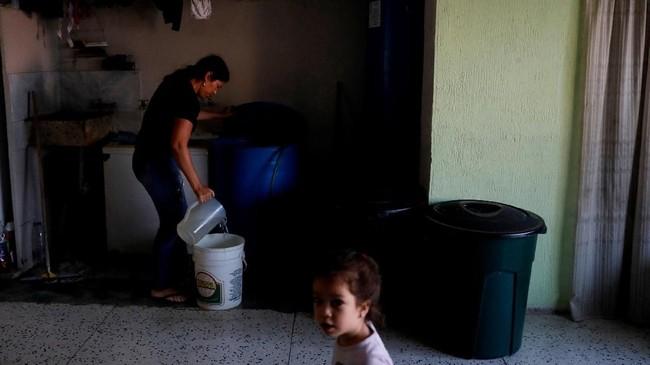 Tidak jelas kapan air itu akan terisi lagi, mereka memilih untuk berhemat. Mereka bahkan mulai mengambil air dari sungai. (Reuters/Carlos Jasso)