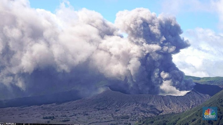 Erupsi Bromo (CNBC Indonesia/Anthony Kevin)