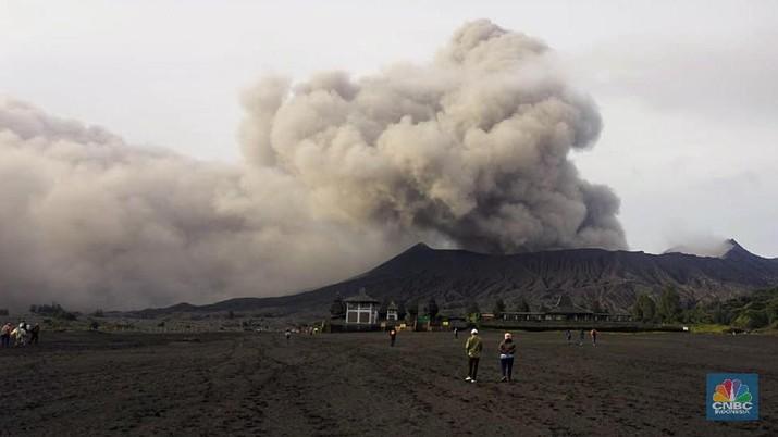 Gunung Bromo Erupsi, Wisatawan Masih Ramai Berkunjung