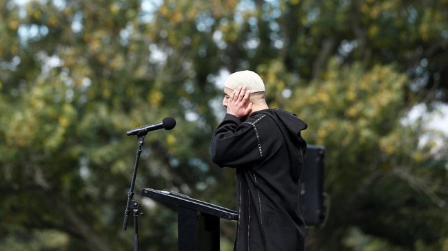 Dalam khutbah Jumat, Imam Gamal Fouda menyampaikan pujian dan ucapan terima kasih kepada pemerintah Selandia Baru dan negara-negara sahabat, serta segenap warga yang turut bersimpati dan membantu para korban aksi teror. (REUTERS/Edgar Su)