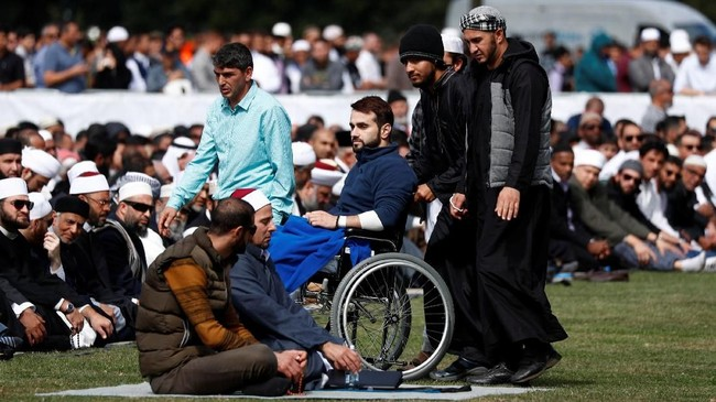Sejumlah warga non-Muslim di Negeri Kiwi, termasuk Perdana Menteri Jacinda Ardern, hadir di Taman Hagley untuk menemui umat Muslim setempat. (REUTERS/Edgar Su)