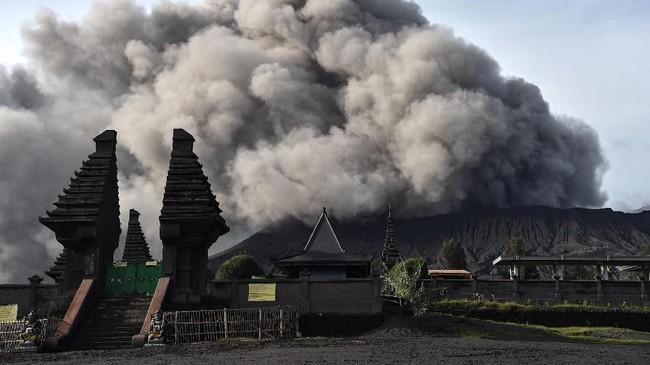 Abu vulkanik menyembur dari kawah Gunung Bromo, 22 Maret 2019. Aktivitas wisata di gunung yang terletak di empat kabupaten Jatim tersebut tetap normal karena aktivitas vulkanis hanya menyemburkan abu vulkanik dan pasir. (ANTARA FOTO/Widodo S Jusuf)