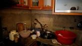 Sebagian keluarga lantas berupaya melakukan daur ulang. Mereka bahkan menggunakan penyuling sederhana untuk membersihkan air dari toilet. (Reuters/Carlos Garcia Rawlins)