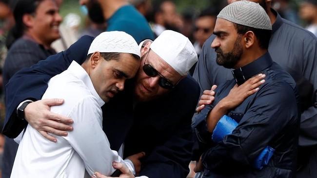 Sejumlah jemaah masih diliputi kesedihan, terutama mereka yang selamat dan kehilangan kerabat dan sejawat dalam teror penembakan pekan lalu. (REUTERS/Edgar Su)