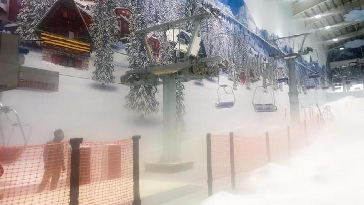 Salju turun di Bekasi. Tepatnya di Trans Snow World yang ada di Trans Park Bekasi.
