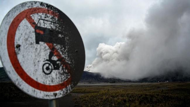 Papan rambu di wilayah wisata Gunung Bromo tertutup abu vulkanis yang keluar dari kawah gunung tersebut. PVMBG menyatakan aktivitas Gunung Bromo masih fluktuatif dan statusnya masih waspada. (ANTARA FOTO/Umarul Faruq)