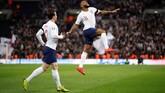 Raheem Sterling merayakan hattrick setelah mencetak gol ketiga ke gawang Republik Ceko pada menit ke-68 setelah tendangannya mengenai salah satu pemain Ceko sebelum masuk ke gawang. (Reuters/Carl Recine)