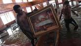 Lukisan perjamuan terakhir Yesus diamankan dari dalam gereja yang terendam banjir. (ANTARA FOTO/Zabur Karuru)