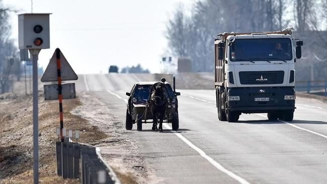 Ketika mengendarai mobil kudanya di jalanan, polisi pun kebingungan dengan aksinya ini. Namun, akhirnya polisi itu malah memuji kreativitas Usikov(Photo by Sergei GAPON / AFP)