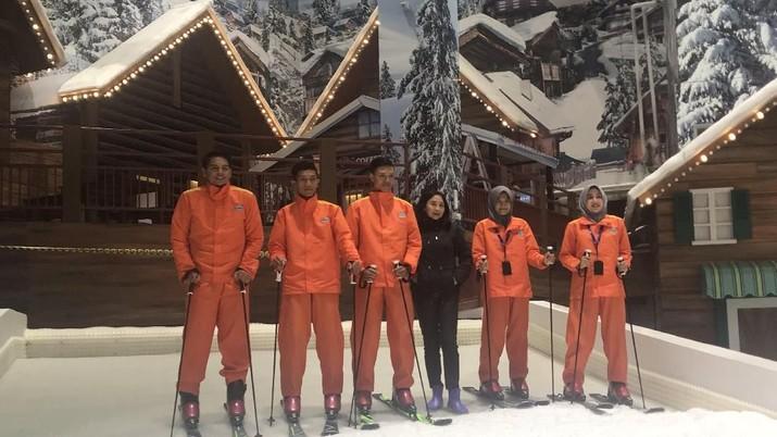 Bermain ski dan didampingi oleh instruktur dari Italia yang sudah berpengalaman kini bisa dilakukan di Trans Snow World.