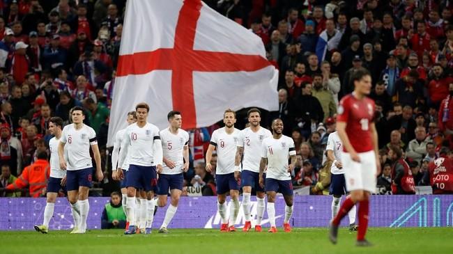 Kemenangan telak 5-0 atas Republik Ceko membuat timnas Inggris untuk sementara memuncaki klasemen Grup A dengan tiga poin. Inggris unggul dua poin atas Montenegro dan Bulgaria. (Reuters/Carl Recine)