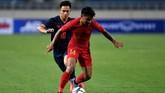 Bek Timnas Indonesia U-23 Asnawi Mangkualam berupaya melepaskan diri dari kawalan pemain Thailand Sarachat Supachok. Thailand menang lewat dua gol Supachai Jaided (49', 72') dan masing-masing gol dari Shinnapat Leeaoh (21') serta Supachock Sarachat (75'). (ANTARA FOTO/R. Rekotomo)