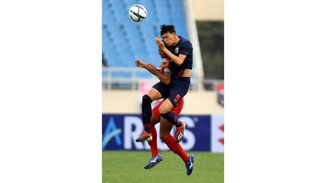 Kapten Timnas Indonesia U-23 Andy Setyo (kiri) berduel dengan Chaided Supachai (kanan). Andy Setyo gagal mempertahankan lini pertahanan Indonesia dari gempuran Thailand. (ANTARA FOTO/R. Rekotomo)