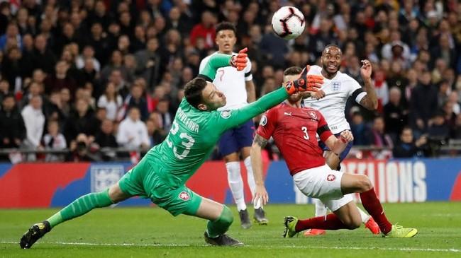 Raheem Sterling mengubah keunggulan timnas Inggris menjadi 3-0 lewat gol tendangan kaki kiri pada menit ke-62. (Reuters/Carl Recine)