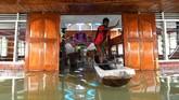 Selain karena curah hujan tinggi, banjir Sentani juga disebabkan oleh rusaknya kawasan cagar alam Cycloops. Sejak 2003 BNPB mencatat ada 43.030 orang yang merambah kawasan itu. Sementara 2.415 daerah tangkapan air (DTA) banjir malah digunakan oleh pemukiman dan pertanian lahan kering campur. (ANTARA FOTO/Zabur Karuru)