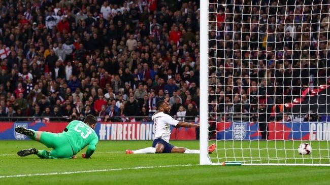 Raheem Sterling membuka pesta gol timnas Inggris atas Ceko pada menit ke-24 setelah menerim umpan tarik Harry Kane. (REUTERS/Hannah McKay)